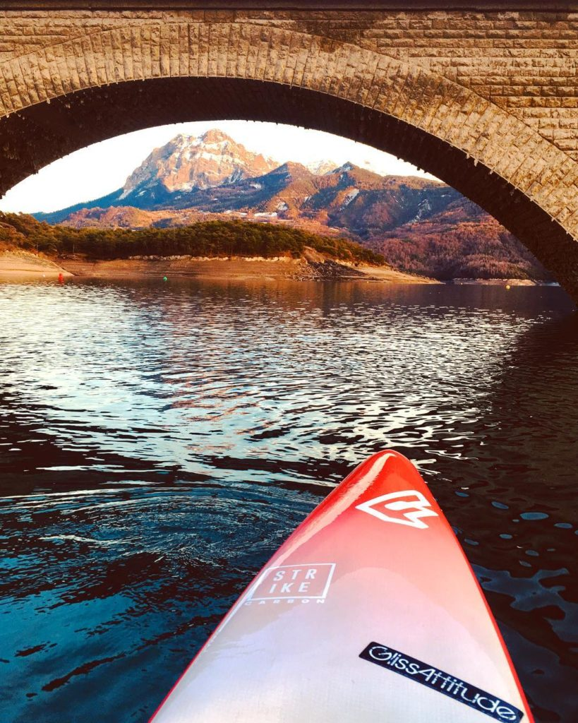 Randonnéen Stand up paddle en hiver lac de serre poncon